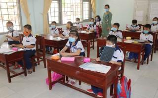 Học sinh và giáo viên tuân thủ biện pháp phòng chống dịch