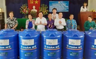 Trao 500 bồn chứa nước cho bà con nghèo