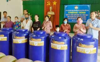 Trao bồn chứa nước cho người dân nghèo của huyện Châu Thành