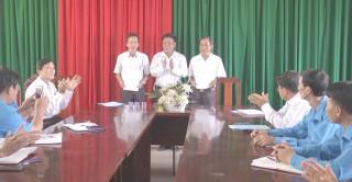 Huyện ủy Chợ Lách trao quyết định điều động cán bộ