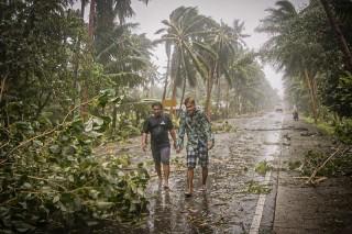 Bão Vongfong đổ bộ, người Philippines sơ tán nhưng vẫn phải giãn cách