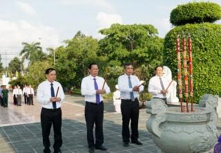 Lãnh đạo tỉnh viếng Nghĩa trang liệt sĩ nhân kỷ niệm 130 năm Ngày sinh Chủ tịch Hồ Chí Minh