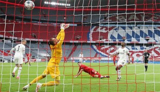 Đòi nợ Frankfurt thành công, Bayern lại hơn Dortmund 4 điểm