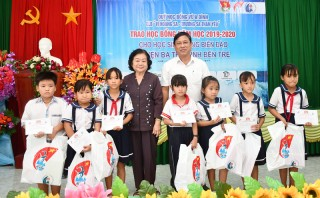 Trao học bổng cho con em ngư dân vùng biển huyện Ba Tri