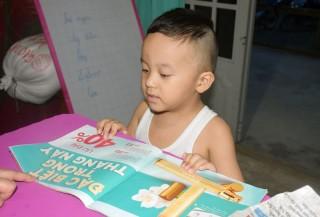 Bé trai 2 tuổi rưỡi biết đọc tiếng Việt và tiếng Anh