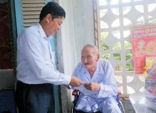 Thăm, tặng quà cho các hộ gia đình chính sách tại huyện Thạnh Phú