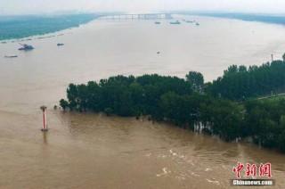 Trung Quốc phá huỷ một con đập để giảm áp lực mưa lũ