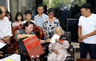 Chủ tịch Quốc hội thăm gia đình chính sách tại Quảng Nam và Đà Nẵng