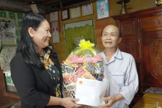 Thăm tặng quà gia đình chính sách khó khăn tại huyện Chợ Lách