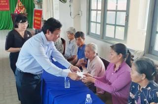 Lãnh đạo tỉnh Long An thăm, tặng quà gia đình chính sách huyện Bình Đại