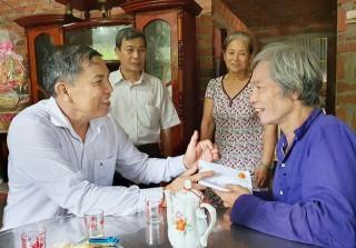 Chủ tịch UBND tỉnh Cao Văn Trọng thăm gia đình chính sách tại huyện Thạnh Phú