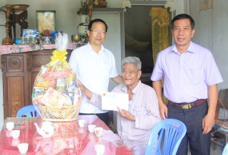 Phó Chủ tịch UBND tỉnh Nguyễn Trúc Sơn thăm gia đình chính sách