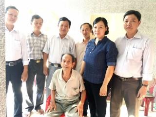 Đoàn đại biểu Quốc hội tỉnh Bến Tre tặng quà gia đình chính sách tại Mỏ Cày Nam