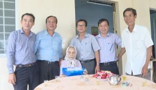 Sở Thông tin và Truyền thông thăm và tặng quà Mẹ Việt Nam anh hùng