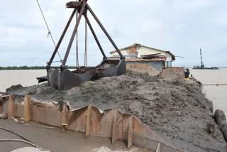 Bắt quả tang 2 tàu đặt cẩu khai thác cát sông trái phép
