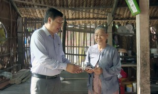 Lãnh đạo huyện Ba Tri thăm gia đình có nhà bị tốc mái do lốc xoáy