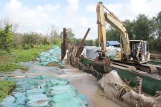 Khắc phục đoạn đê bao bị vỡ xã Tân Phú