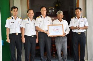 Hải đoàn 129 bàn giao nhà tình nghĩa và tặng quà cho học sinh hộ nghèo