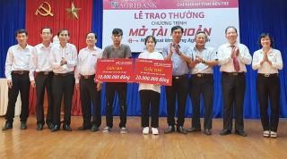 Agribank Bến Tre trao thưởng cho 2 khách hàng