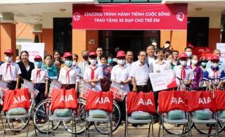 Công ty Bảo hiểm Nhân thọ AIA Việt Nam tặng xe đạp, quà cho học sinh