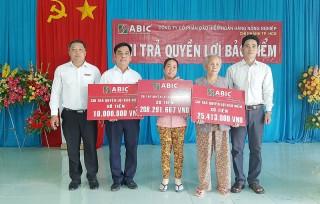Agribank chi nhánh Thạnh Phú phối hợp chi trả quyền lợi bảo hiểm cho khách hàng