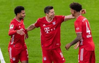 Siêu nhân Lewandowski lập poker, còng lưng gánh Bayern