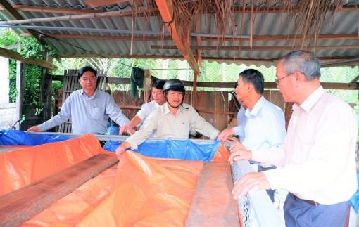 Bí thư Huyện ủy Thạnh Phú khảo sát các mô hình ứng dụng công nghệ