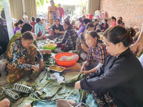 Phụ nữ thị trấn Chợ Lách gói bánh tét cứu trợ miền Trung