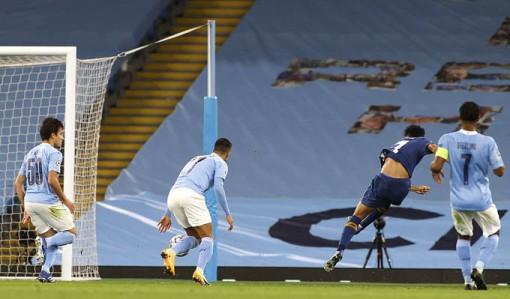 Aguero nổ súng, Man City ngược dòng giành 3 điểm