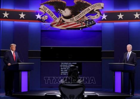 Hai ứng cử viên tổng thống Mỹ bước vào cuộc tranh luận trực tiếp cuối cùng