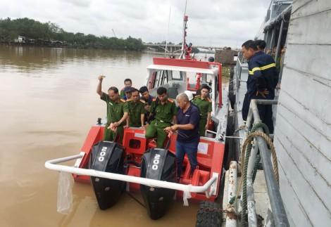 Cục Hậu cần - Bộ Công an bàn giao cano chữa cháy cho Công an Bến Tre