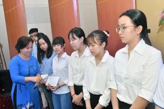 Trao học bổng cho học sinh có hoàn cảnh khó khăn