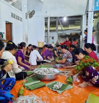 Bà con xã biển Thạnh Phong gói bánh tét gửi ra đồng bào miền Trung