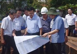 Phó bí thư Tỉnh ủy Trần Ngọc Tam khảo sát các công trình ngăn mặn