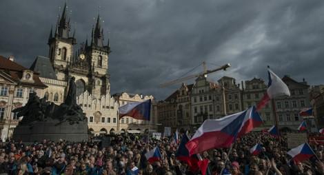 Hàng trăm người biểu tình phản đối chính phủ trong ngày Quốc khánh Séc
