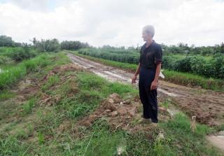 Lão nông Phan Thành Công hiến đất làm lộ nông thôn