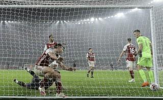 Arsenal thảm bại trước Aston Villa, Liverpool chia điểm với Man City