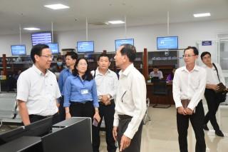 Bí thư Tỉnh ủy Phan Văn Mãi thăm và làm việc với Trung tâm Phục vụ hành chính công
