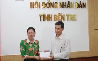 Thường trực HÐND tỉnh trao tiền ủng hộ đồng bào miền Trung