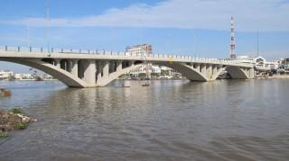 Hạn chế giao thông để lắp đặt hệ thống chiếu sáng mỹ thuật cầu Bến Tre