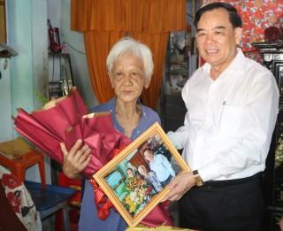 Chủ tịch UBND tỉnh Trần Ngọc Tam thăm cán bộ, nhà giáo lão thành