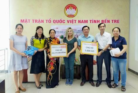 """MTTQ tiếp nhận tiền hỗ trợ Quỹ """"Vì người nghèo"""" và ủng hộ bão lụt miền Trung"""