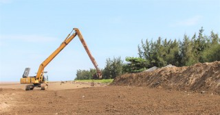 Khởi công xây dựng công trình bờ kè chống xói lở bờ biển xã Thừa Đức
