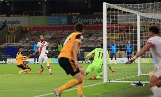 Southampton vượt mặt Everton, Burnley thoát nhóm cầm đèn đỏ