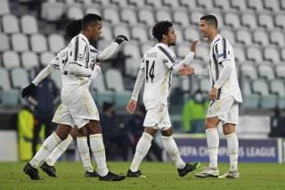 Juventus ngược dòng giành vé đi tiếp