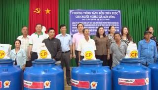 Phó bí thư Thường trực Tỉnh ủy trao bồn chứa nước cho hộ nghèo xã Sơn Đông