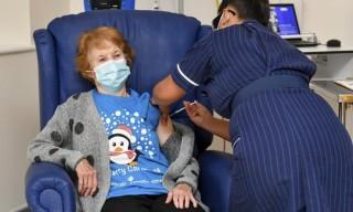 Anh chính thức tiêm vaccine ngừa Covid-19 cho người dân