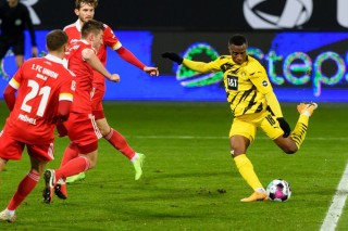 Thần đồng 16 tuổi Moukoko ghi bàn, Dortmund vẫn trắng tay