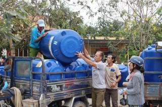 Thạnh Phú Đông trao bồn chứa nước cho hộ nghèo, hộ khó khăn