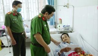 Thăm hỏi, động viên công an viên bị thương khi làm nhiệm vụ